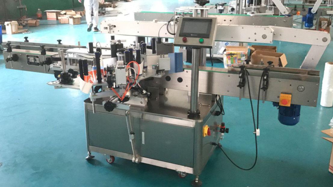 Máquina aplicadora de etiqueta nas faces frontal e traseira com mecanismo de correção
